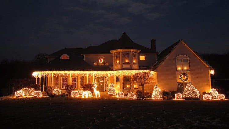 Simple Christmas outdoor decorating idea